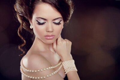 Bild Fashion Frau mit einer Perlenkette auf den Schultern Bared
