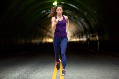 Bild Fast laufen Sprinter hart Frau rennt die Straße städtischen Stadt Hintergrund Autos und Tunnel