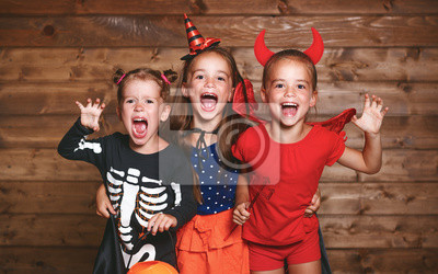 Feiertag Halloween Lustige Gruppe Kinder In Karneval Kostume