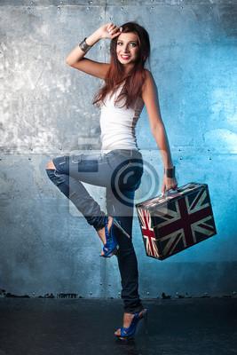 Fels junge Frau mit Koffer mit britischer Flagge