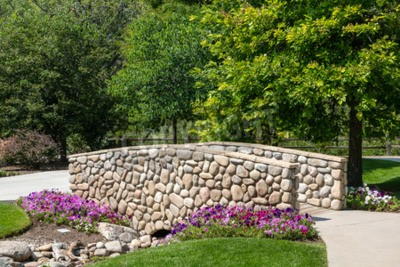 Felsen Wand Auf Garten Brücke Mit Purpurroten Blumen Leinwandbilder