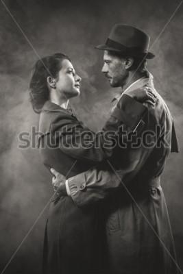 Bild Film Noir: romantisches Liebespaar im Dunkeln im Stil der 50er Jahre