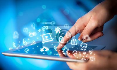 Finger zeigt auf Tablet PC, Social-Media-Konzept
