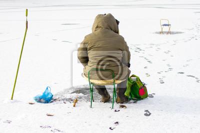 Fischer fangen Fisch auf Eisfischen.