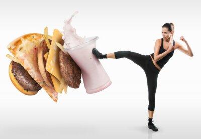 Bild Fit junge Frau kämpfte gegen Fast Food