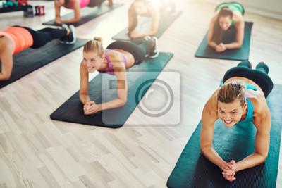 Fit junge Frauen, die Übung auf abs