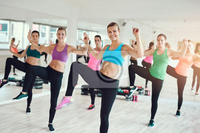 Fit junge Frauen genießen ein Aerobic-Training