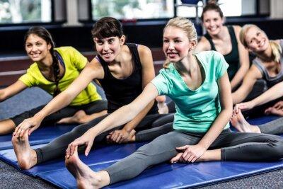 Fit lächelnde Gruppe tun Stretching
