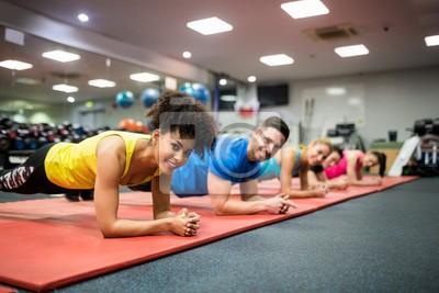 Fit Menschen, die in Fitness-Klasse