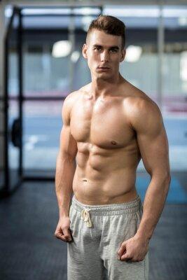 Fit muskulösen Mann posiert shirtless