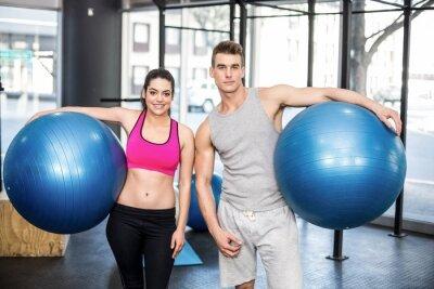 Fit Paar posiert mit Sport-Ball