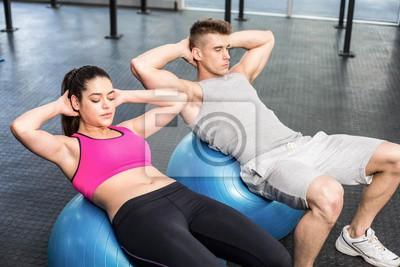 Fit Paar tun Bauch knirscht auf Fitness-Ball