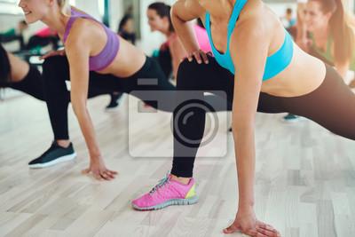 Fit und gesunde Frauen in einer Fitness-Klasse
