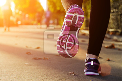 Fitness Girl bei Sonnenuntergang laufen
