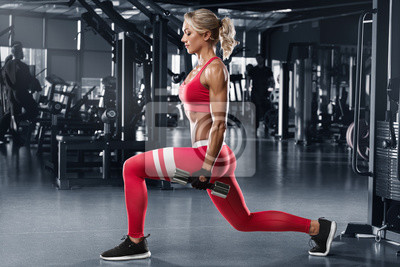 Bild Fitness woman doing lunges exercises for leg muscle workout in gym. Active girl doing front forward one leg step lunge