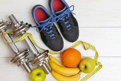 Bild Fitnessgeräte und gesunde Ernährung auf weißem Holzbrett fl