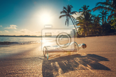 Flasche mit einer Nachricht auf einer tropischen Insel