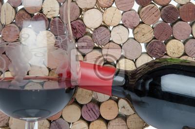 Bild Flasche und Glas Wein auf dem Hintergrund der Korken