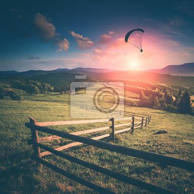 Fliegen in einem Licht des Sonnenuntergangs. Instagram-Stilisierung