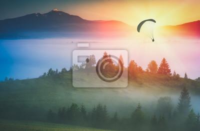 Fliegen über nebliges Tal. Instagram-Stilisierung