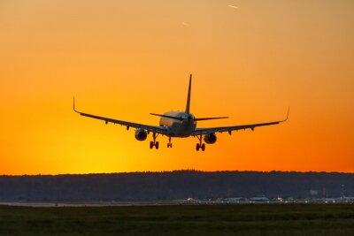 Bild Flugzeug landet Flughafen Sonne Sonnenuntergang Ferien Urlaub Reisen