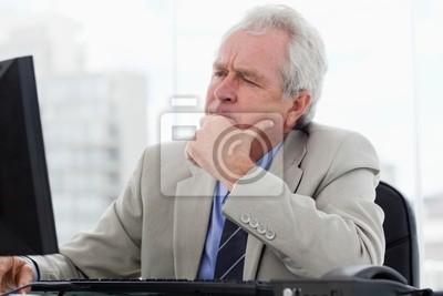 Fokussiert Senior Manager arbeitet mit einem Monitor