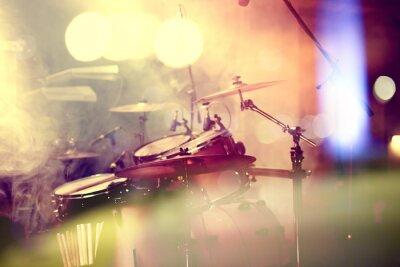 Bild Fondo de la música in vivo. Bateria sobre el escenario.Concierto.