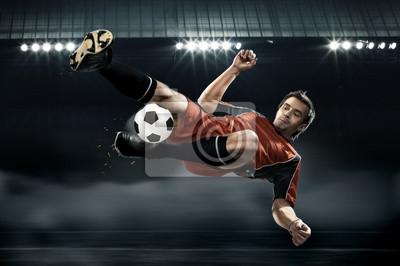 Football-Spieler schlagen den Ball