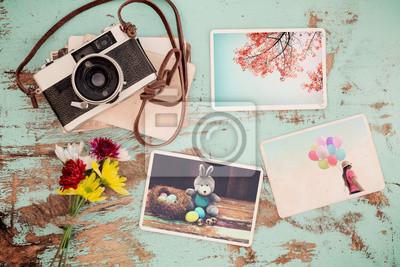 Bild Fotoalbum in Erinnerung und Nostalgie von Happy Ostern Tag im Frühjahr auf Holztisch. Instant Foto von Vintage-Kamera - Vintage und Retro-Stil