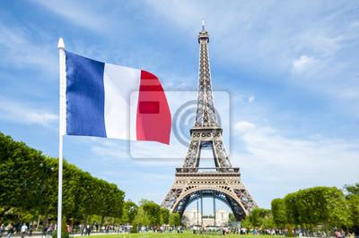 Bild Französische Flagge fliegt in hellen blauen Himmel über dem Eiffelturm in Paris, Frankreich