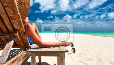 Bild Frau am Strand mit Sonnenbrille