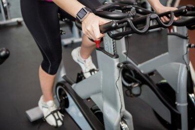Frau arbeitet auf Übung Fahrrad auf spinnende Klasse