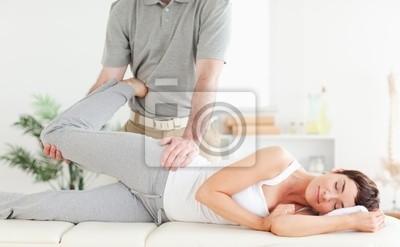 Frau Bein gestreckt nach Chiropraktiker