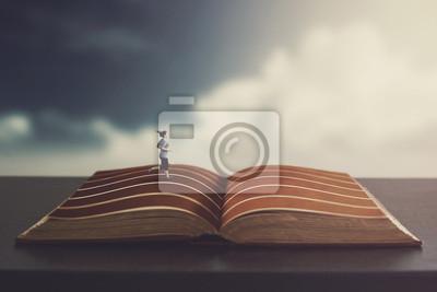 Frau, die auf einem Buch läuft