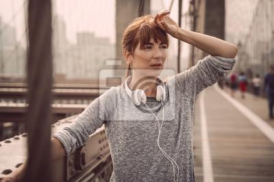 Frau, die nach Übung stillsteht