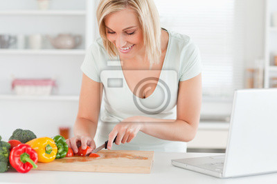 Frau genießen zu kochen