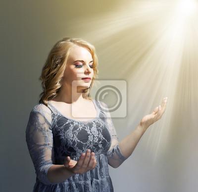 Frau hält sich die Hände