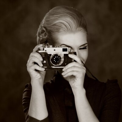 Bild Frau im klassischen Kleid mit Retro-Kamera.