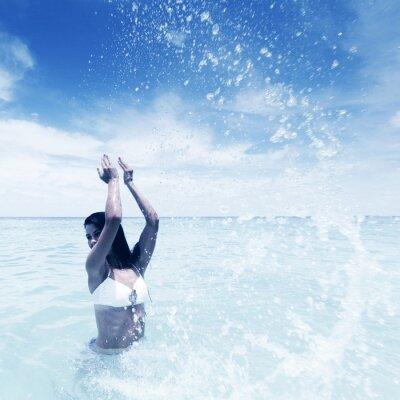 Bild Frau im Meer spritzt