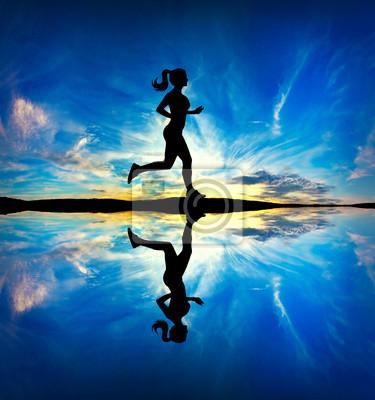 Frau in der Morgen läuft
