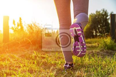 Frau läuft in einem Feld