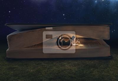 Frau liest in einem riesigen Buch