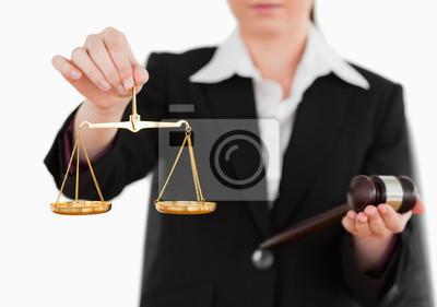 Frau mit einem Hammer und Waage der Gerechtigkeit