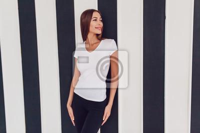 badc8019a28965 Bild Frau mit einer großen Brust in einem weißen T-Shirt. Attrappe