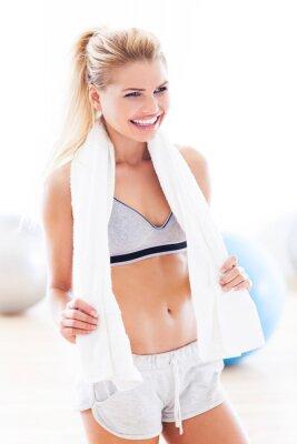 Bild Frau mit Handtuch im Fitness-Studio