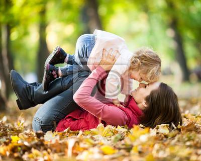 Frau mit Kind, die Spaß im Herbst Park