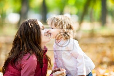 Frau mit Kind im Herbst Park