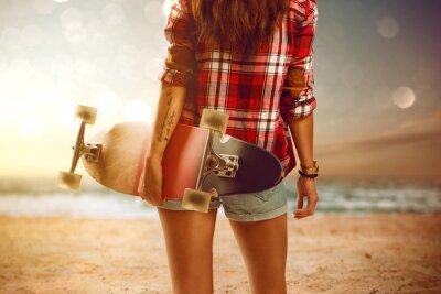 Bild Frau mit Longboard am Strand
