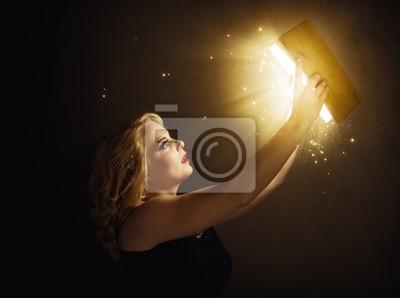 Frau mit magisches Buch