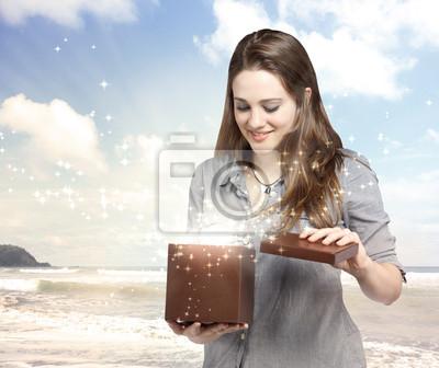 Frau Öffnen einer Geschenkbox